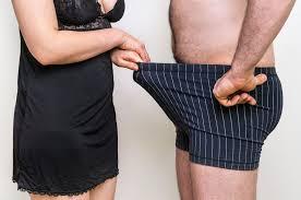 az ember húzza a péniszét folyékony erekció